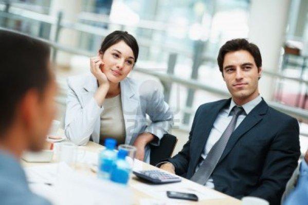 6467674-jovenes-ejecutivos-sentado-con-atencion-en-una-reunion-de-negocios