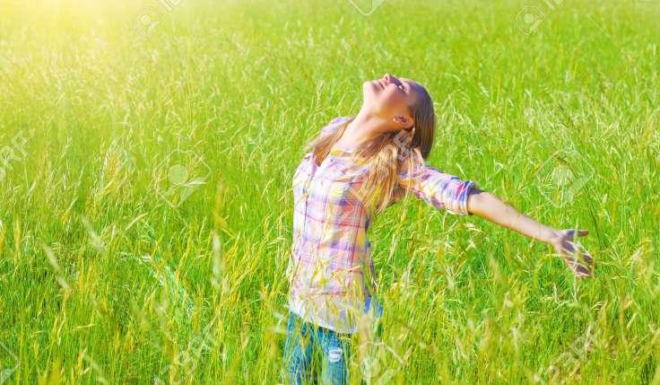 18522017-Mujer-que-tiene-diversi-n-al-aire-libre-disfrutando-del-aire-fresco-y-la-hierba-verde-de-la-primaver-Foto-de-archivo